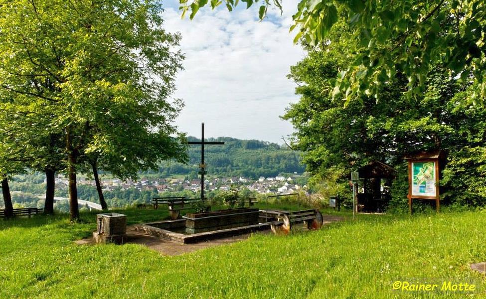 Holzkreuz mit Aussicht auf Nievern