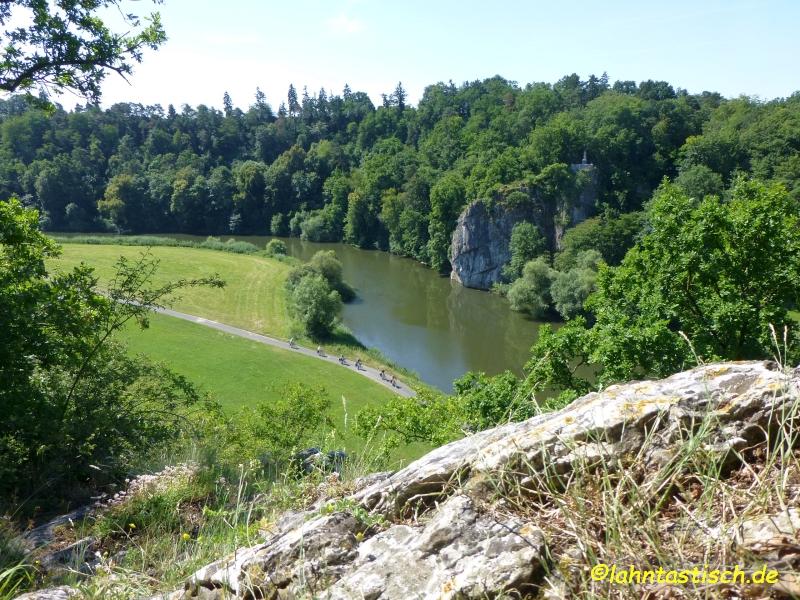 Blick auf den König-Konrad-Felsen, die Lahn und den Lahnradweg