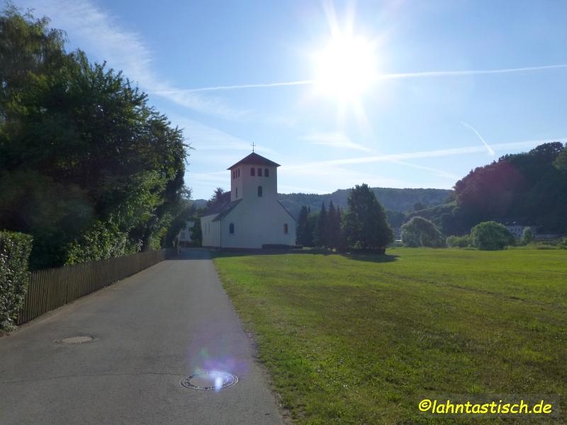 Licht und Schatten wechselnden sich ab - Kirche in Aumenau