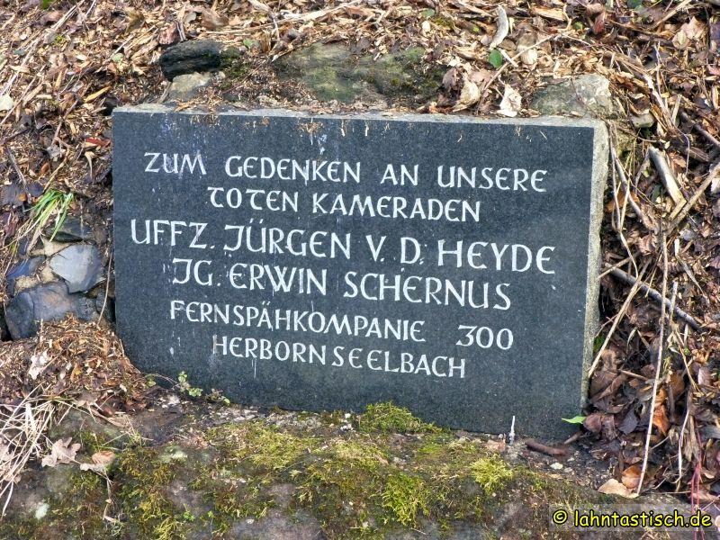 Gedenktafel für zwei 1977 hier ums Leben gekommene Kameraden