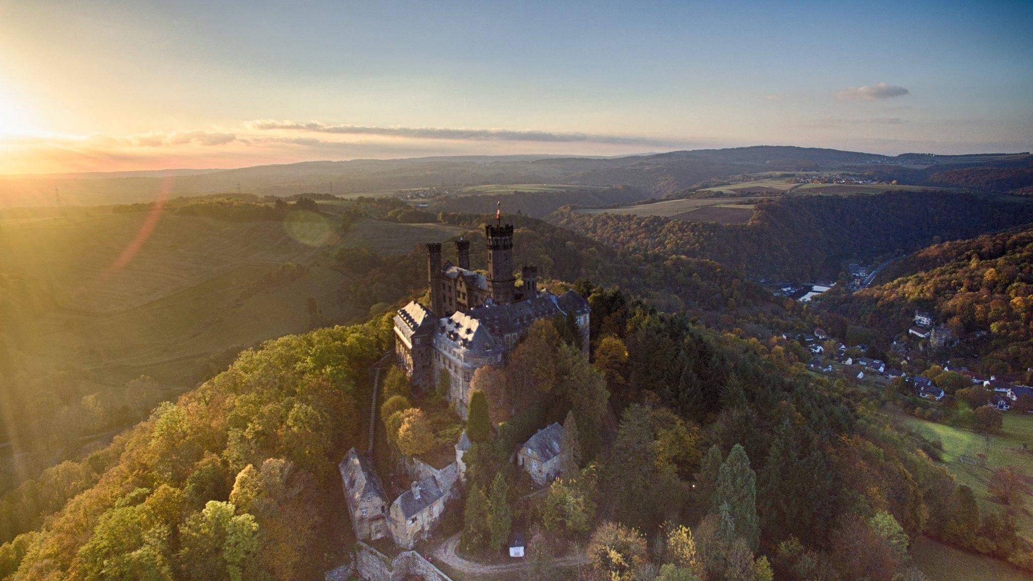erebos-air-die-schaumburg-bei-balduinstein-im-herbstlichen-sonnenuntergang