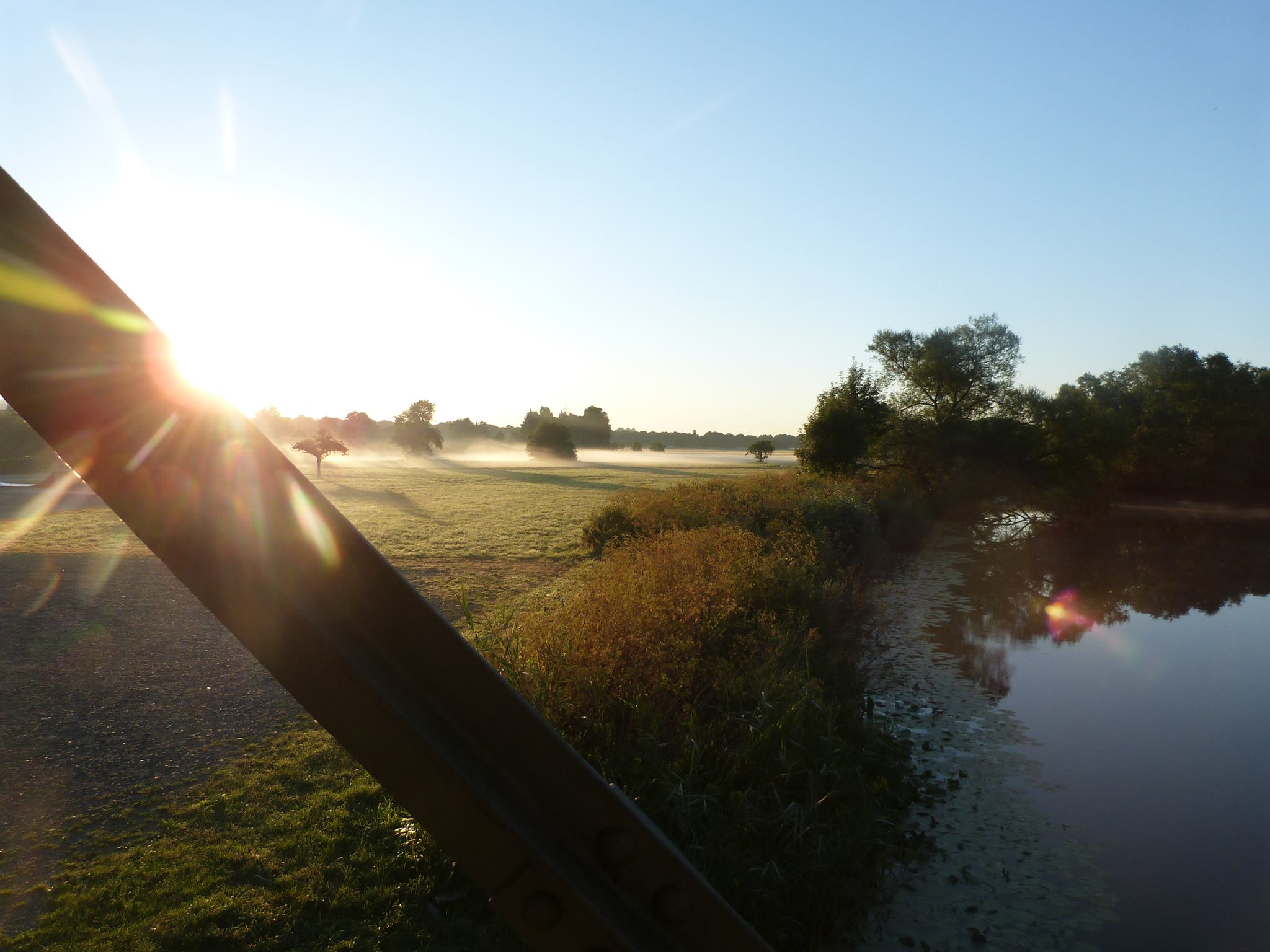 genauhingeblickt-fotografie-sonnenaufgang-und-bodennebel-am-eisernen-steg-ueber-die-lahn-in-wetzlar-naunheim